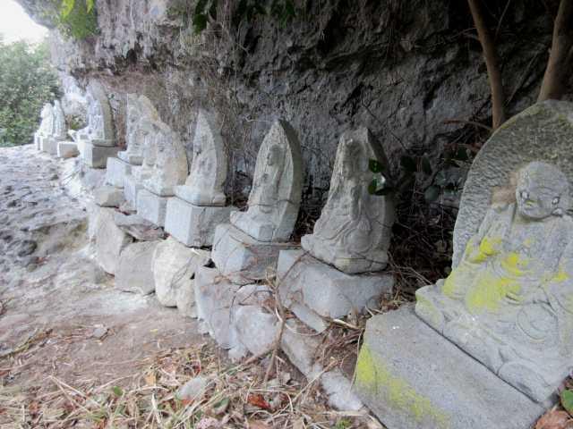 IMG8920JPG岩窟にある石仏