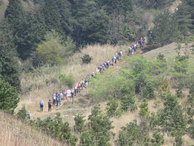 IMG0105JPG貫山へ向かう団体の登山者50人以上