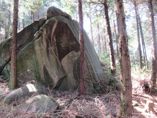 IMG0204JPG大岩の横を歩く