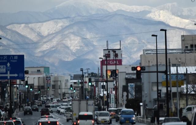 能代市街からの白神山地2016120000002