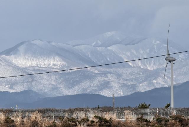 能代市街からの白神山地2016120000006