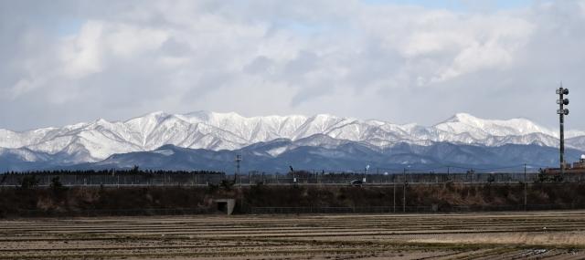 能代市街からの白神山地2016120000009