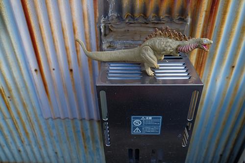 風呂釜の排気筒の上で、温まっているシン・ゴジラ第二形態、蒲田くん
