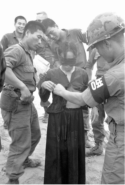 20170422 韓国兵に身体検査されるベトナム人女性