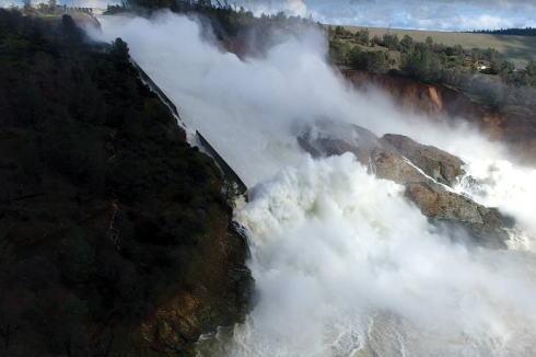 オロビル・ダム ダム 排水路 蟻の穴 ダム板
