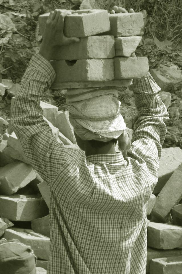 レンガ運び 建設現場 肉体労働