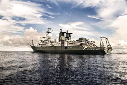 洋上の調査母船「ファルコー」