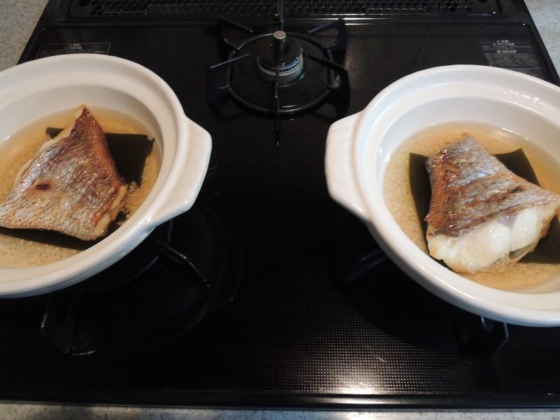 焼いた鯛を土鍋に入れます