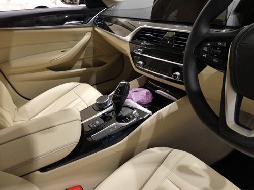 新型5運転席03