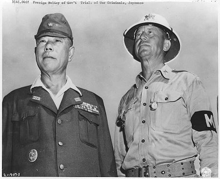 マニラにおいて、降伏後にアメリカ軍憲兵とともに撮影