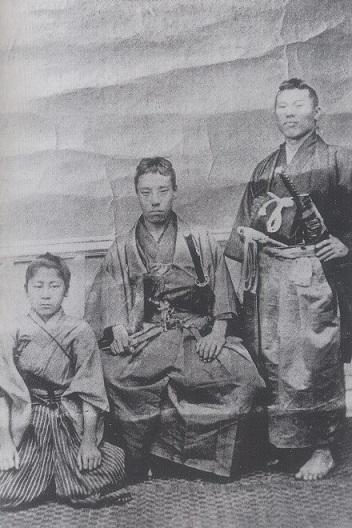高杉晋作(中央)と伊藤博文(右)(左の少年は三谷国松)