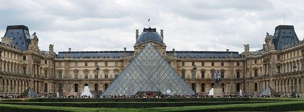 ルーヴル美術館とルーヴル・ピラミッド(昼間)