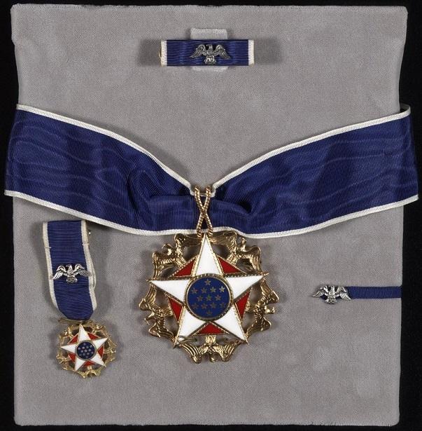大統領自由勲章(中央)と略綬(制服用(上)とボタンホール用(右))及び夜会服用のミニチュアメダル(左)