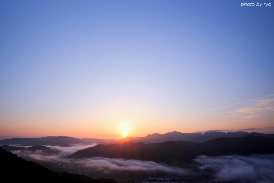 日の出時刻に霧は流れ込んで