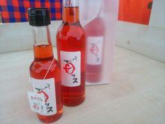 """【写真】店頭ワゴンに並んだ""""苺ッス""""(いちご酢)のビン"""