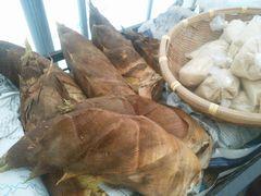 【写真】三郎さんが朝早くに収穫してくれたタケノコ(米ぬか付き)が並んでいる様子