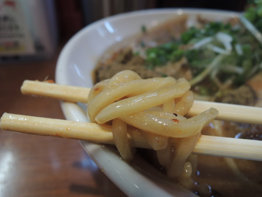 辛口炙り肉ソバ『味噌』(辛さレベル7、しびれ度レベル7)の麺