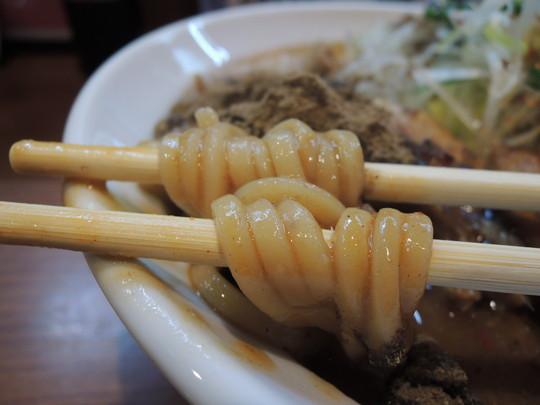 辛口炙り肉ソバ『味噌』(辛さレベル10、しびれ度レベル10)の麺