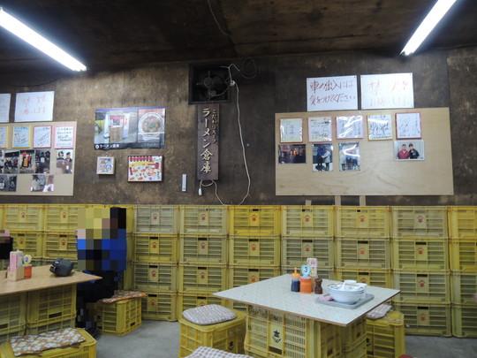 ラーメン倉庫(倉庫内の客席)
