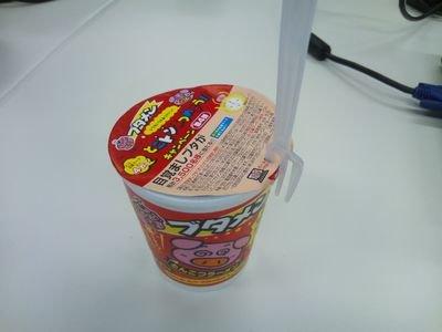 3大カップ麺のフタ止める有能アイテム「付属のスープの袋」「リモコン」