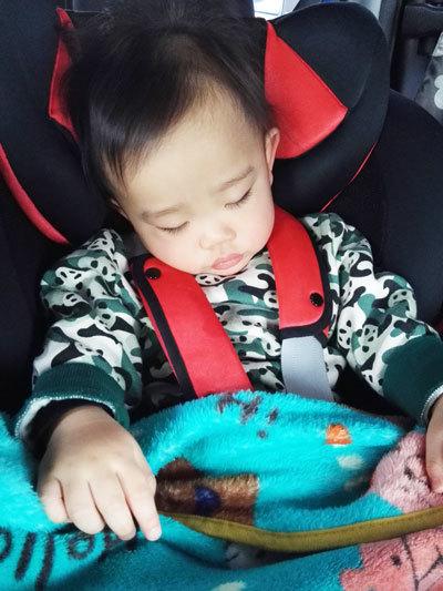 愛車で眠る愛息子