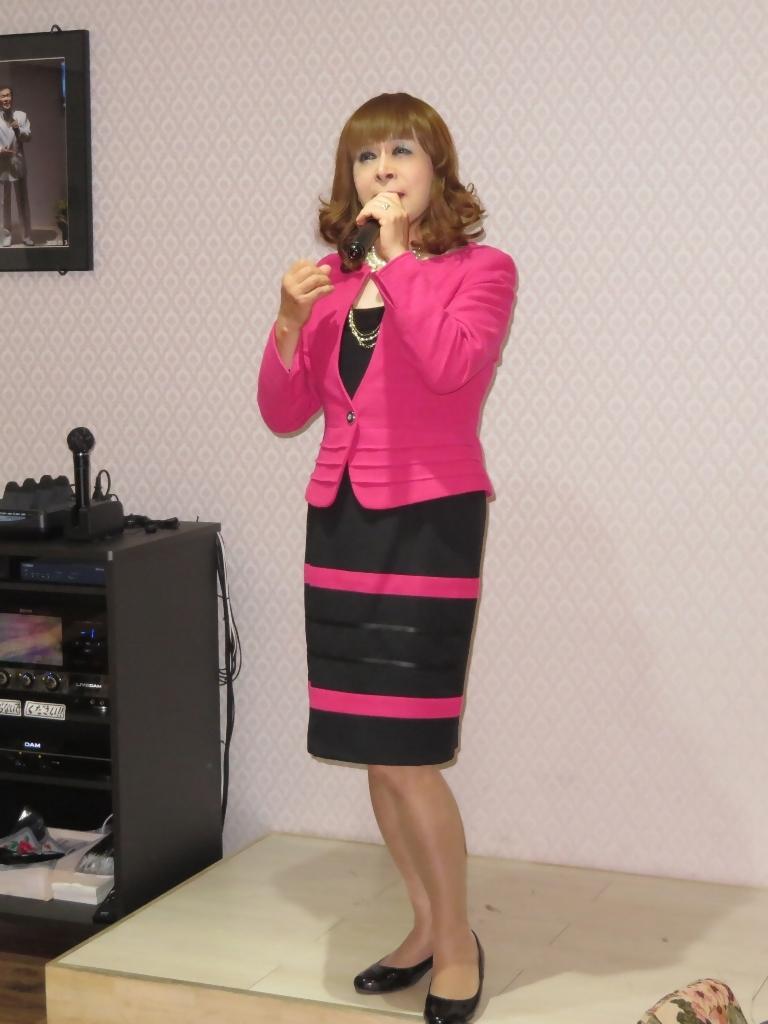 ピンクと黒のスーツカラオケ(1)