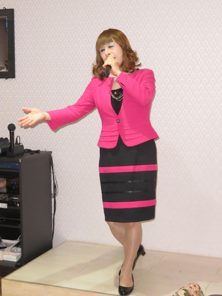 ピンクと黒のスーツカラオケ(3)