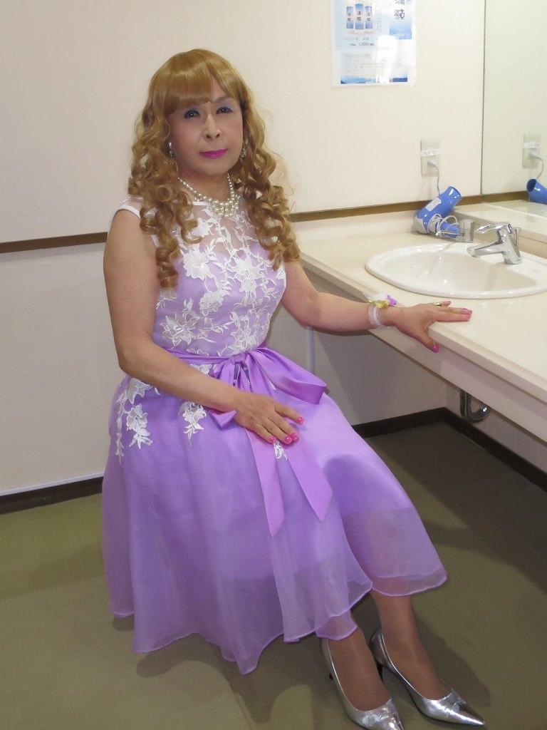 紫ショートドレス更衣室(1)