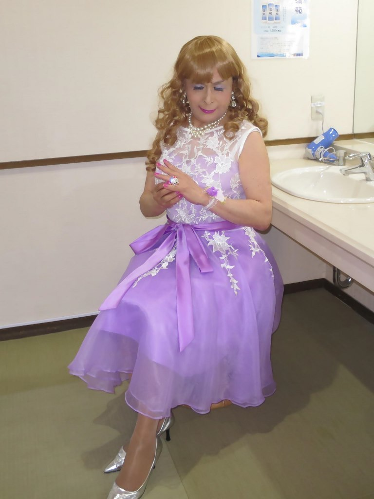 紫ショートドレス更衣室(3)