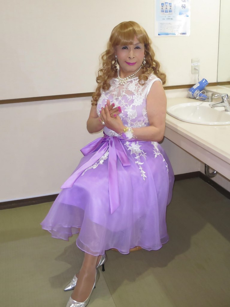 紫ショートドレス更衣室(4)
