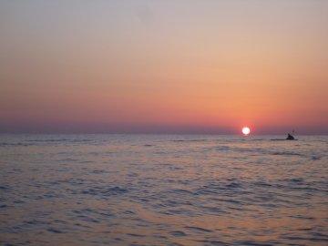 (1)日の出とともに出航
