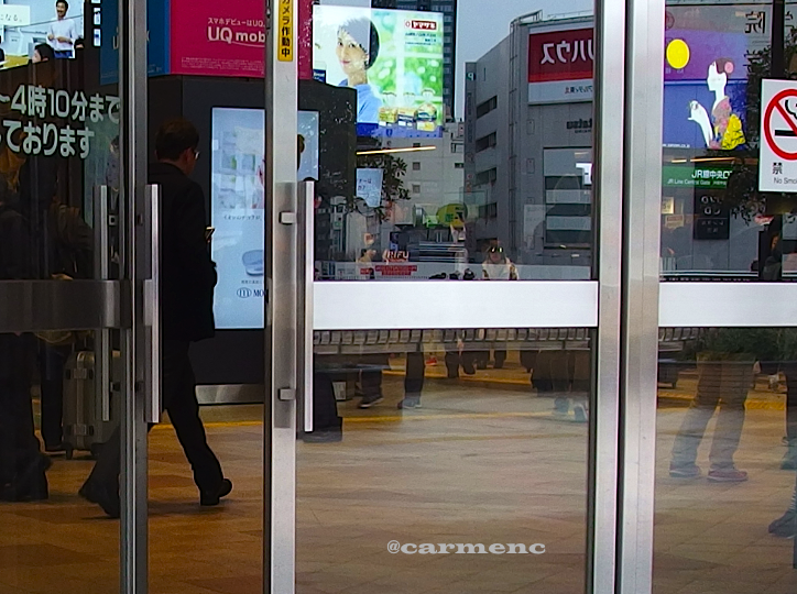 仙台駅中歩く人映り込み