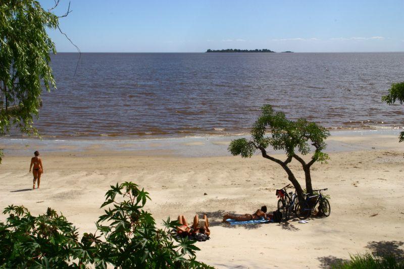 河のビーチ