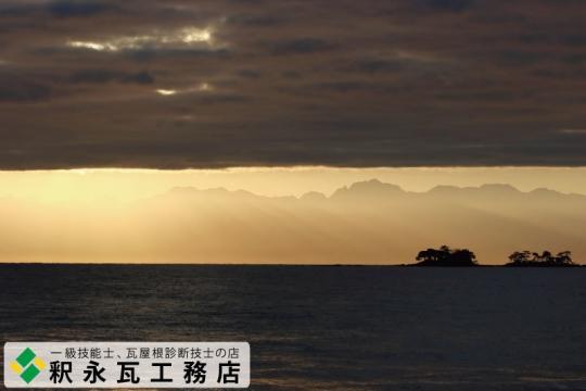 立山連峰と、富山県氷見市虻が島と朝日