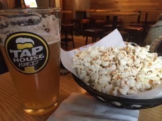 クラフトビールとサービスのポップコーン