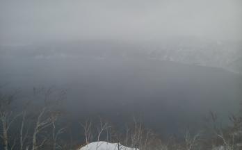 吹雪に覆われる摩周湖