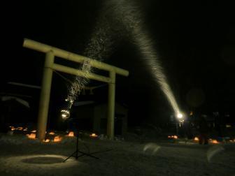 ライトアップされる神社