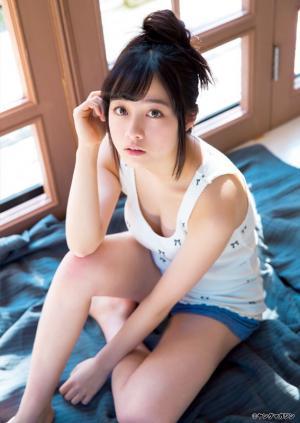 【グラビア】天使すぎる胸元チラリ?…橋本環奈、高校卒業目前の見納め制服姿を披露! SHOWBIZ JAPAN