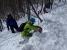 弱層テストで雪崩の危険度を判定。