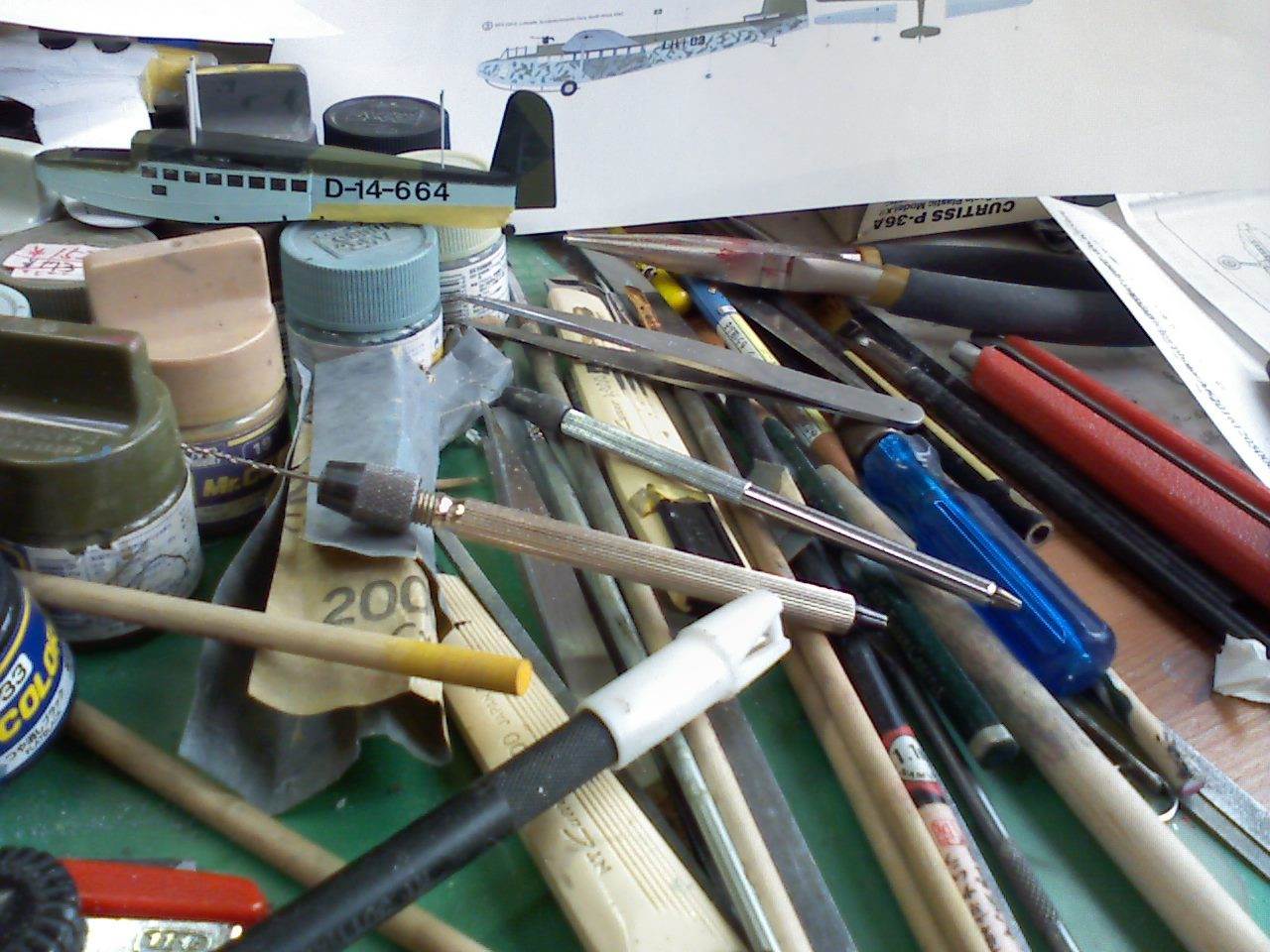 机の上の工具類