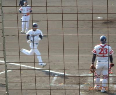 P3120174サンキュー3回裏左越え本塁打を放つ