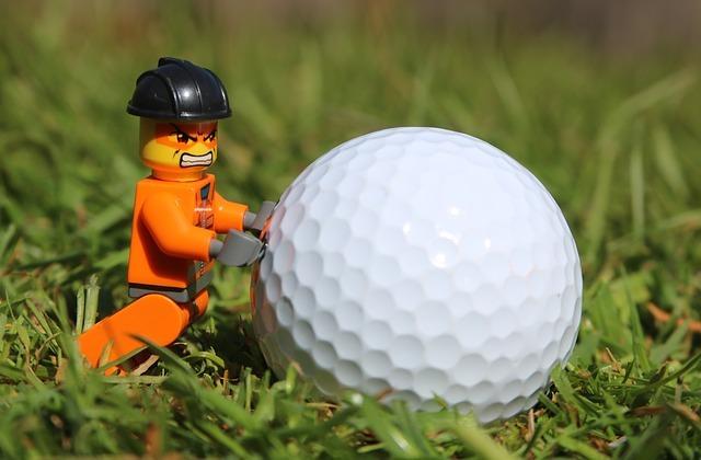 怒りながらゴルフボール転がす人形
