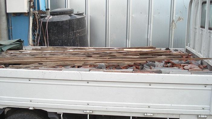 トラックに積んだ瓦