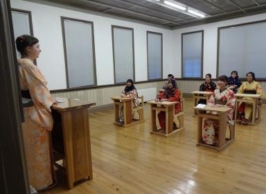 復元の旧教室で授業