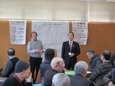 開会式で挨拶する館長と大久保部長