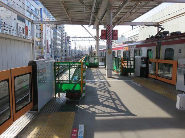 大井町駅のホーム先端で進む延長工事。