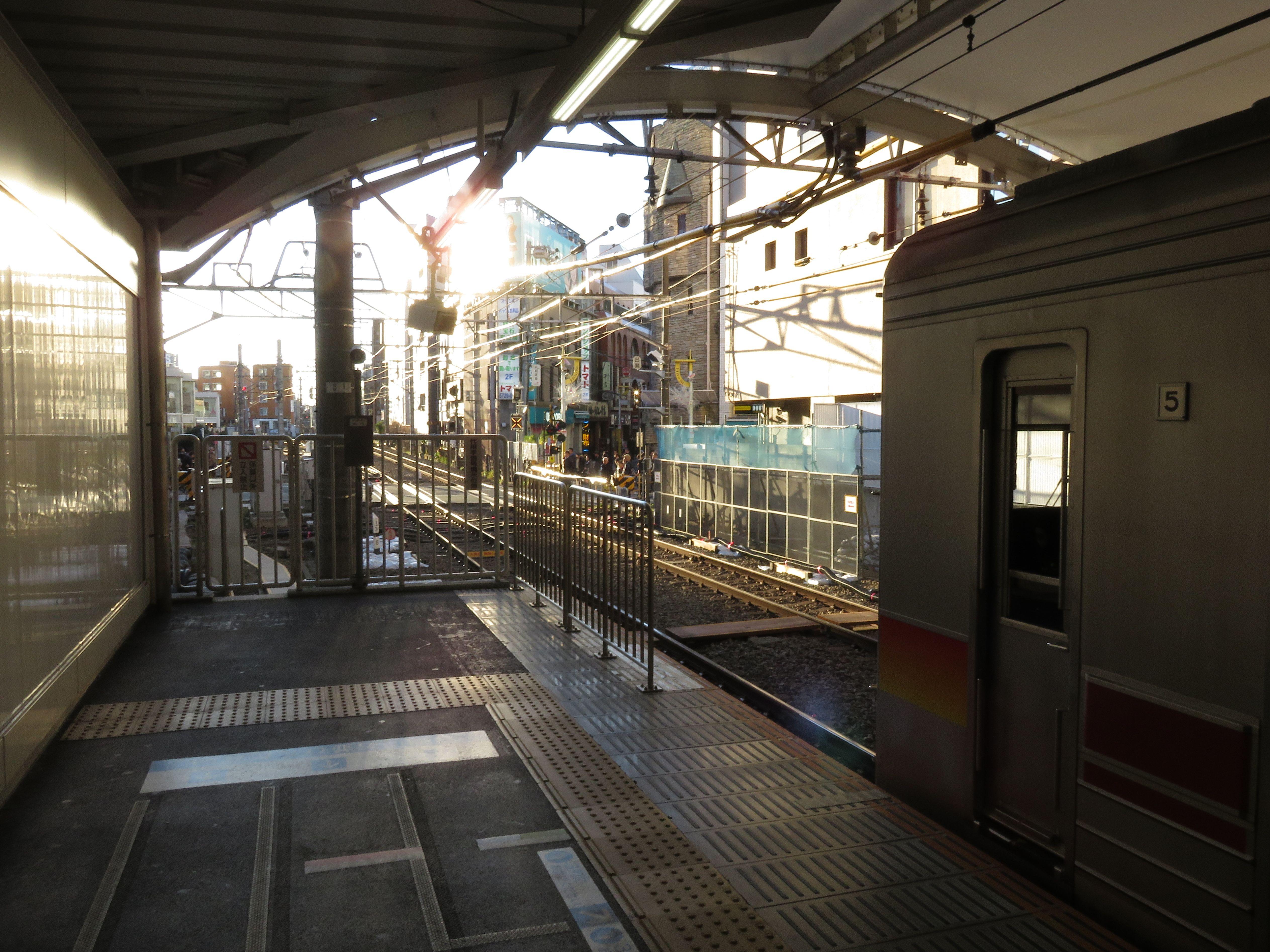 自由が丘駅二子玉川方で行われているホーム延長工事。