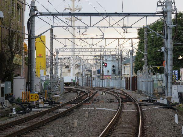 西武新宿寄りにある新井薬師前3号踏切から駅構内を見る。50と書かれた黄色い標識の右側が新設されたポイントA。