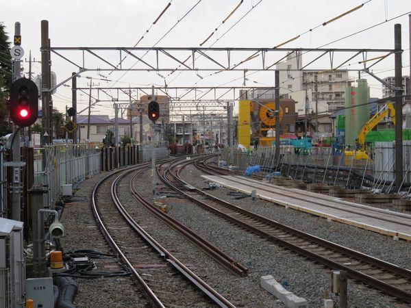 ホーム端から西武新宿方面を見る。中央の信号機の右下が新設されたポイントB。右奥では掘削に向けた土留め壁の構築を行っている。