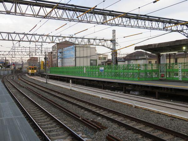 本川越寄りのポイントまでの過走余裕を確保するため下り仮設ホームは西武新宿寄りにずれて設置されている。